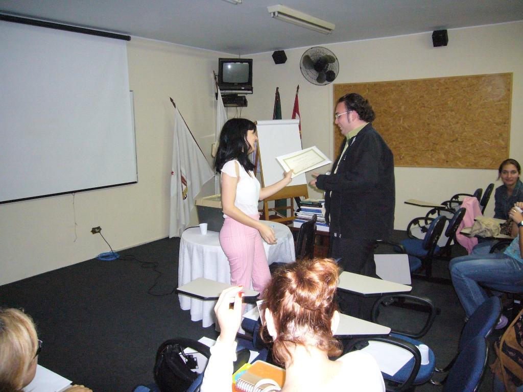 Alunos recebem diplomas no curso de assessoria de imprensa